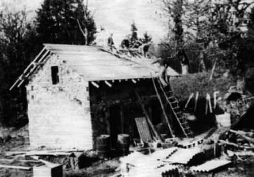 1947reconstruction03HommesToitNB